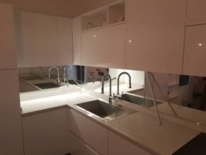 Alzatine specchiere e rivestimenti per bagni e cucine for Posa alzatina cucina